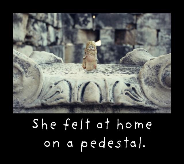 pedestal claudia